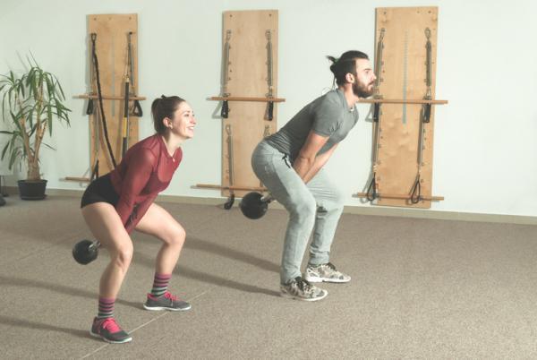 10 ejercicios de glúteos para hombres - swing kettlebells