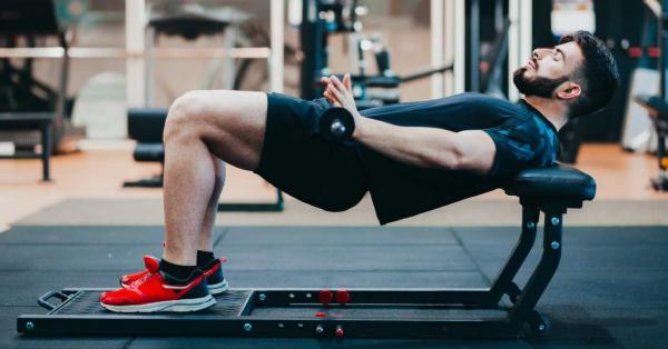 10 ejercicios de glúteos para hombres: empuje de cadera con barra para fortalecer los glúteos