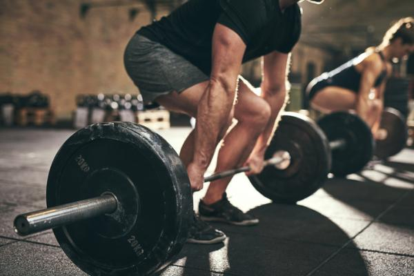 10 ejercicios de glúteos para hombres: peso muerto para tonificar los glúteos