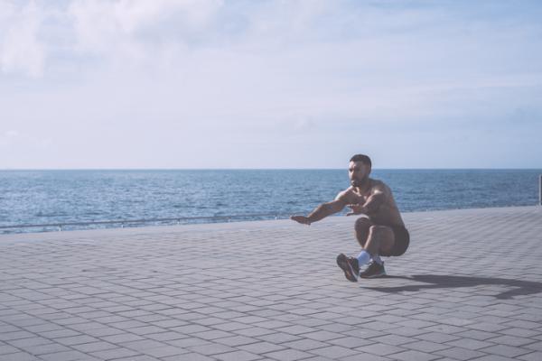 10 ejercicios de glúteos para hombres: sentadillas con una pierna