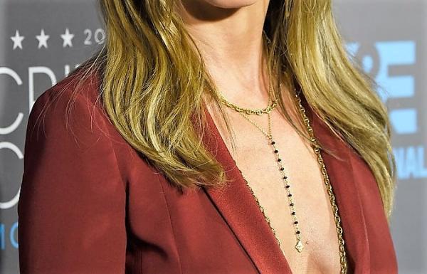 Qué collar usar con qué escote: collar para un vestido con cuello en V profundo