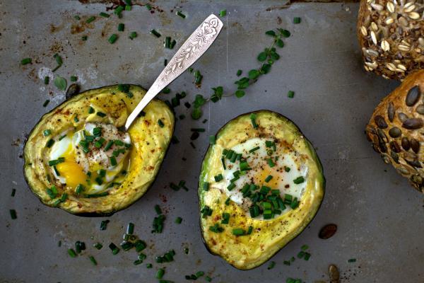 10 mejores platos de desayuno de aguacate y huevo: aguacate, huevos y cucharas de tocino