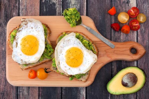 10 mejores platos de desayuno con aguacate y huevo: tostadas de aguacate con huevo frito