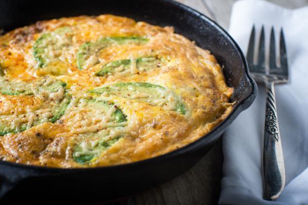 10 mejores platos de desayuno con huevo y aguacate: tortilla de huevo con aguacate