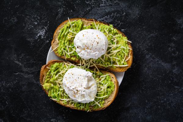 10 mejores platos de desayuno con aguacate y huevo: tostada con aguacate y huevo escalfado