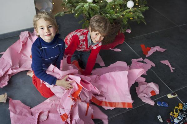 Ideas divertidas para el intercambio de regalos navideños: juego de regalo para desenvolver
