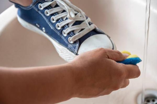 Cómo limpiar las suelas blancas de las zapatillas: vinagre blanco y bicarbonato de sodio para limpiar zapatillas blancas