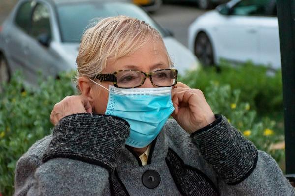 Cómo evitar que las gafas se empañen al usar una máscara: haga un pliegue en la máscara facial