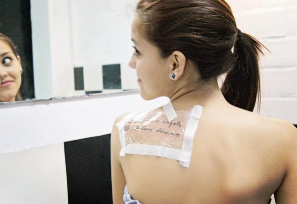 Cómo dormir con un nuevo tatuaje: ventile el tatuaje cuando sea posible
