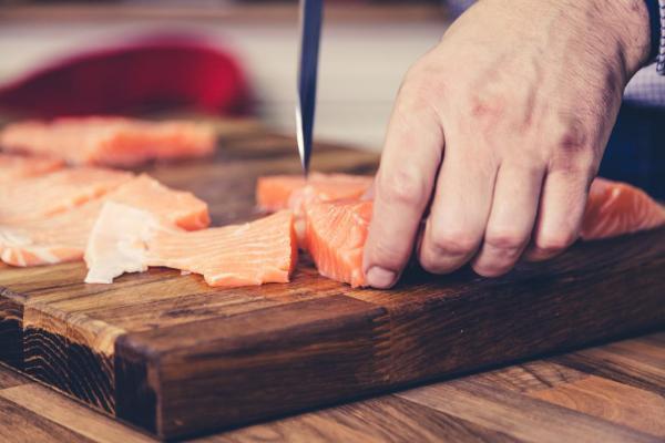 Cómo hacer una ensalada de aguacate, salmón y nueces - Paso 4