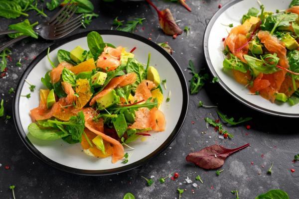 Cómo hacer una ensalada de aguacate, nueces y salmón