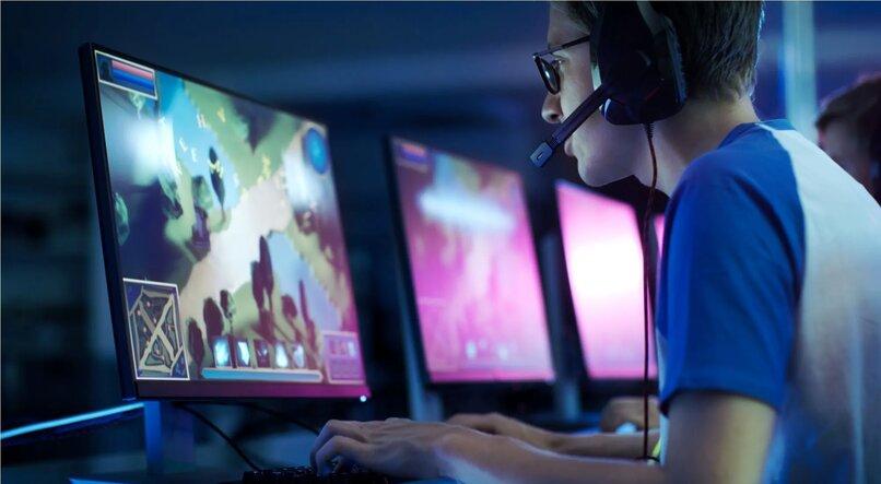 persona jugando videojuegos