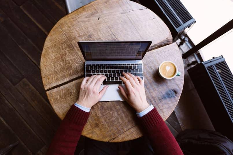 escribir un libro en una computadora portátil