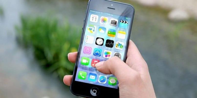 teléfono iphone con aplicaciones