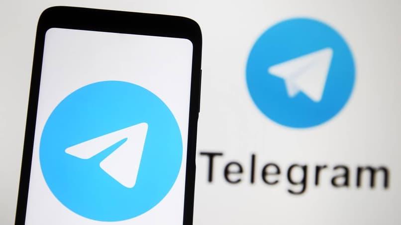 teléfono con aplicación de telegrama