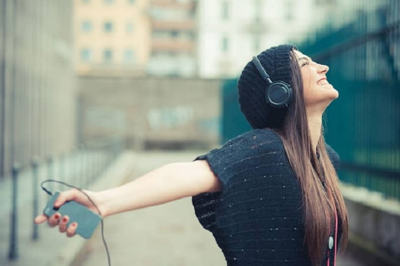 mujer escuchando musica en itunes