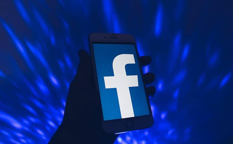 logo de facebook en el telefono