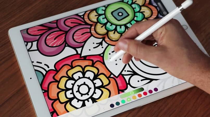 lápiz en mano dibujar tableta para colorear