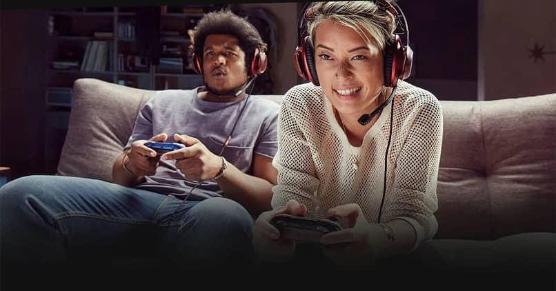 gente jugando videojuegos