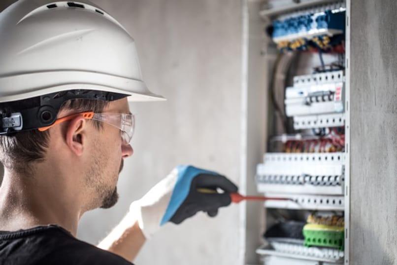 técnico reparando conexiones eléctricas