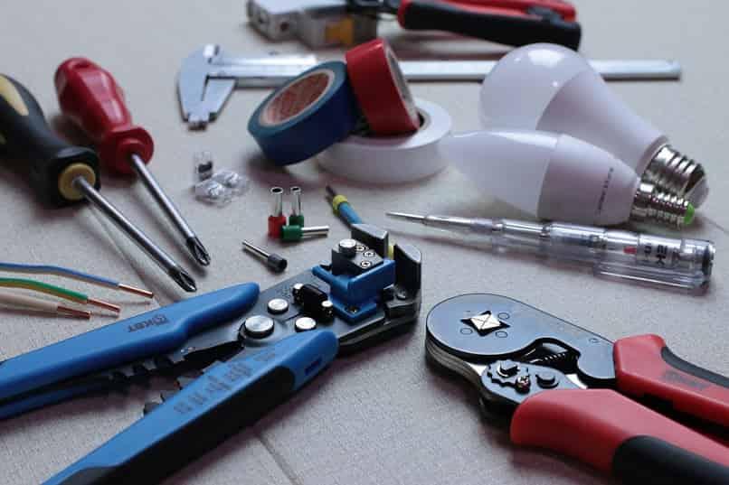 técnico de herramientas robando electricidad