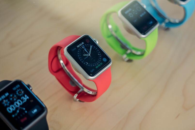 varios relojes inteligentes en diferentes colores