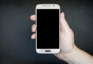teléfono con pantalla apagada
