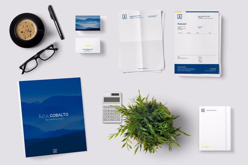 objetos de papelería con diseños corporativos