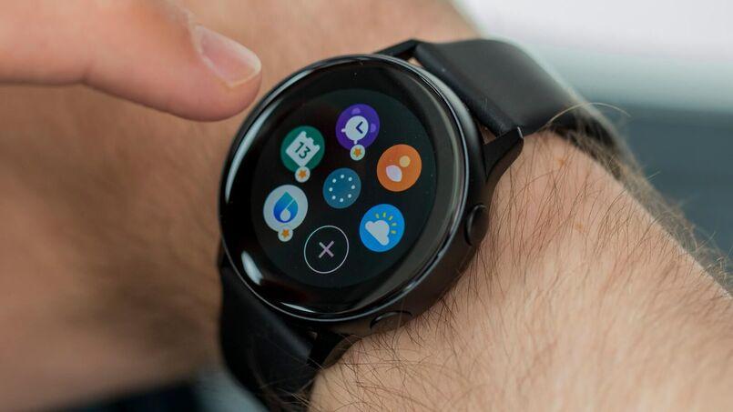 usuario de smartwatch negro