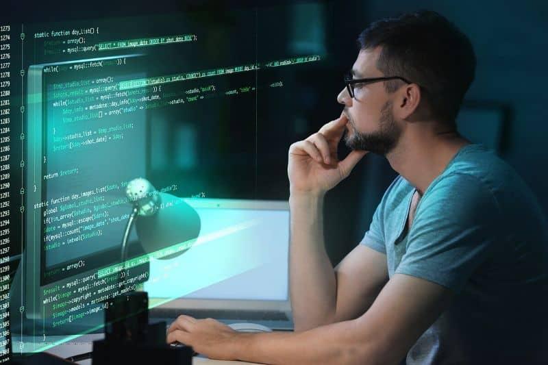 Ilustración del hombre mirando el fondo oscuro del monitor