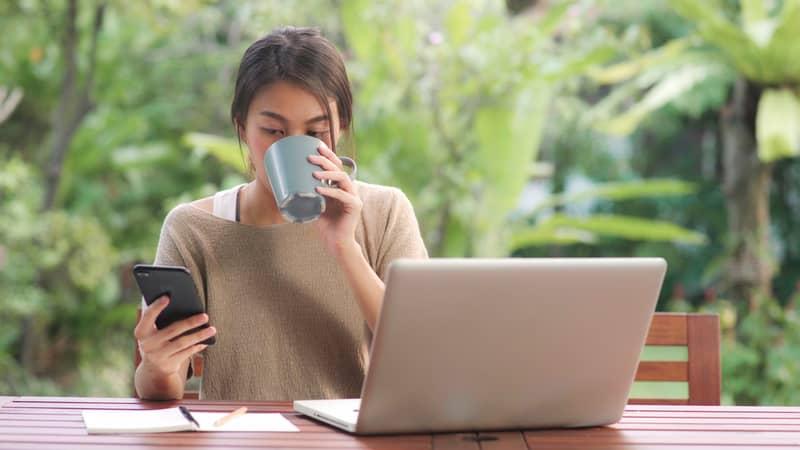 mujer creando juegos online