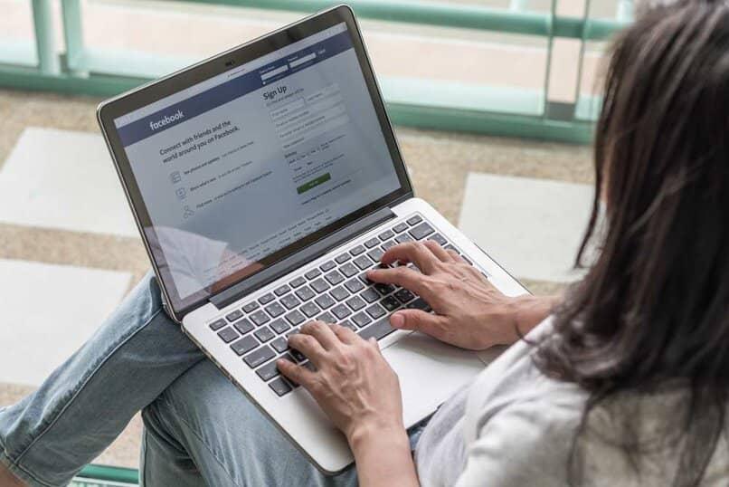 mujer usando facebook para ver perfiles de amigos