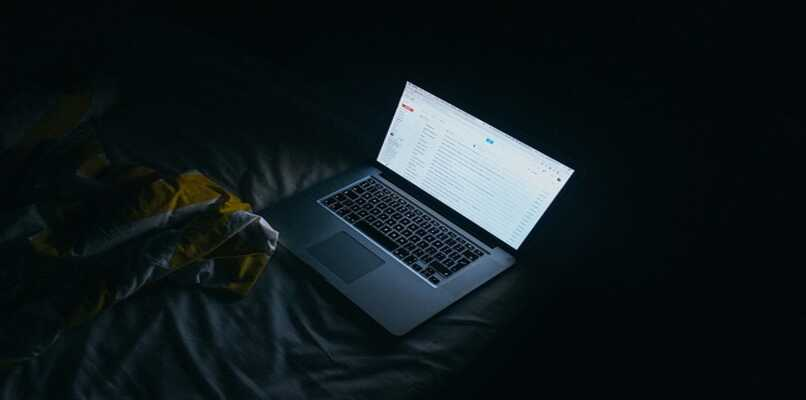 laptop con gmail abierto