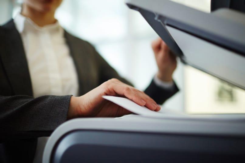 mujer haciendo copias en la oficina