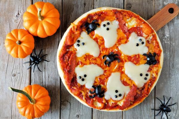 Cómo hacer una pizza fantasma de Halloween
