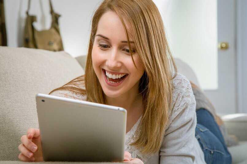 mujer feliz con su tableta