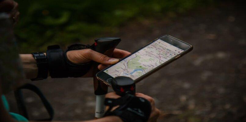 persona en bicicleta con mapas de Google