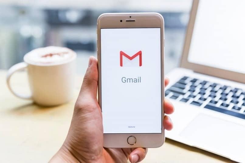 logotipo de gmail en la pantalla del teléfono móvil