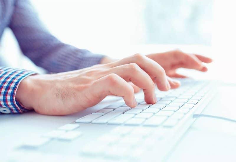 persona manos computadora