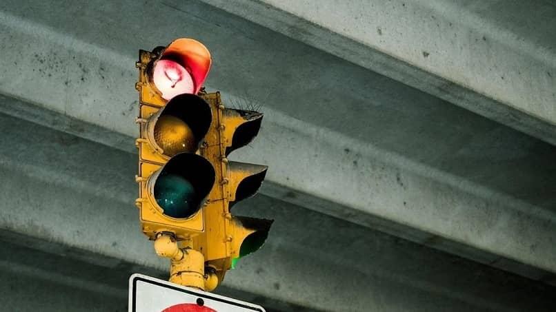 Cómo apelar una multa de tráfico por pasar un semáforo en rojo – Conozca la información