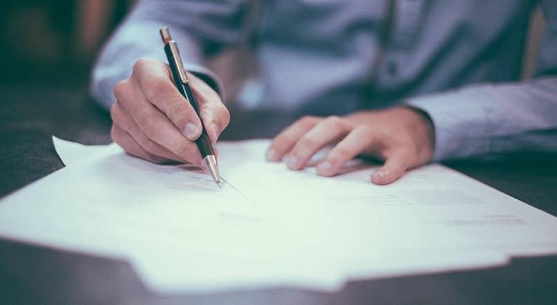 Cómo escribir una carta a una compañía de seguros de automóviles pidiendo dinero